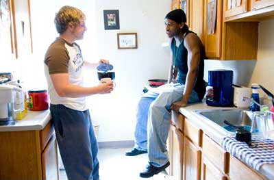 Two students talking in a kitchen in Lange
