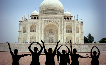 Students spelling 'LOYOLA' with there arms in front of the Taj Mahal